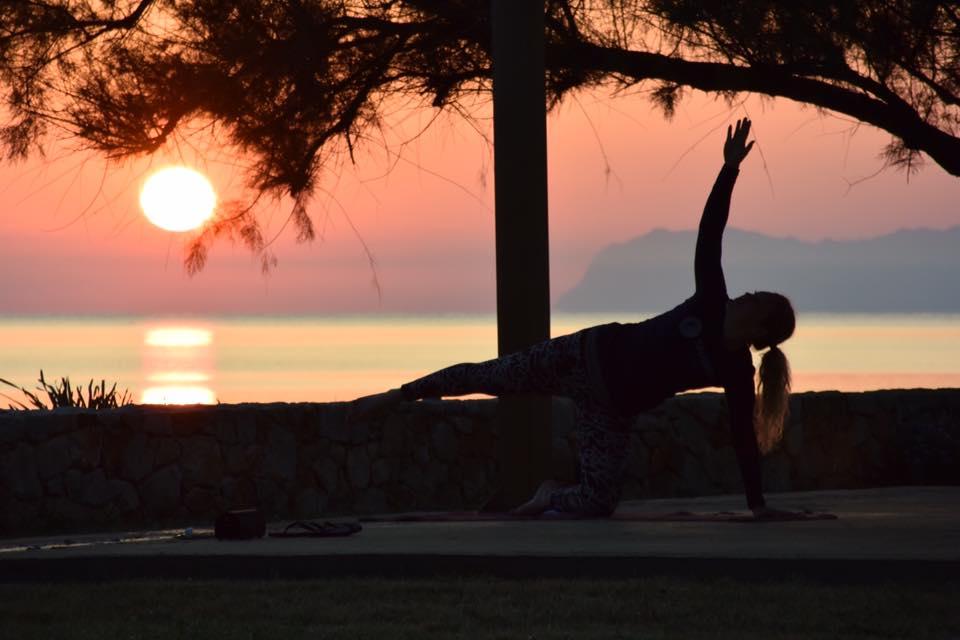 Yoga i solnedgången på Kreta